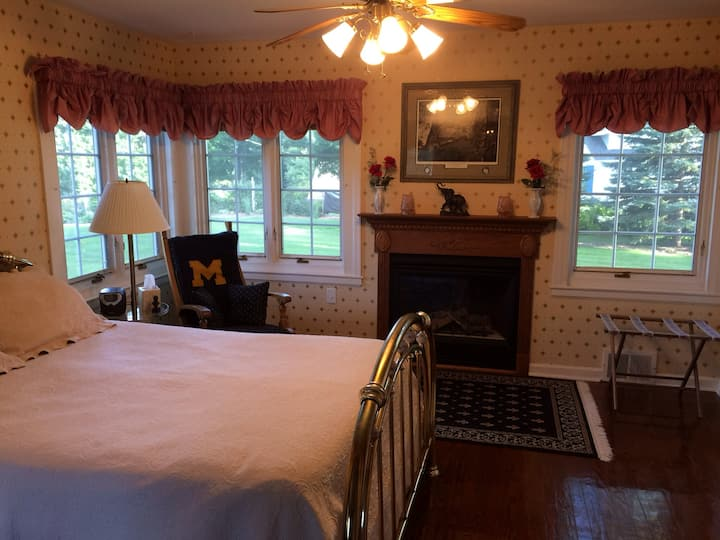 Beach Front: 'Ford Suite' at Lakeshore Inn