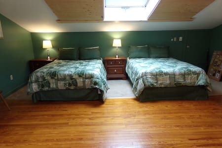 Above the gardens, private bath, private entrance - Mount Pocono
