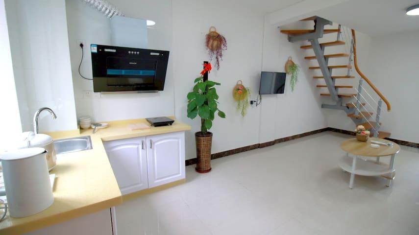 复式家庭套房( 两房一厅一厨两卫) 可步行到漓江、大圩古镇、毛洲岛景区,共四层有电梯,近景区