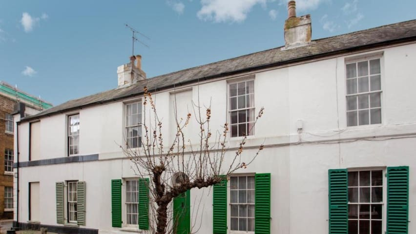 Puntsman Cottage within city walls - Canterbury - House
