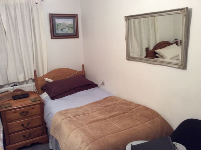 A clean bright quite room ... - Manchester - Huis