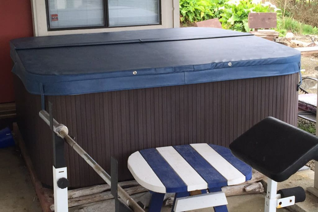 Brand new hot tub with powerful jets and a lounge.  The tub is under a covered porch so that you can enjoy it with a view of the Pacific Ocean as a backdrop, even in the wind and rain without all the gusts.