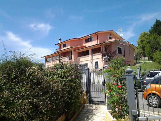 UN PICCOLO PARADISO A 45 KM DA ROMA BEN COLLEGATO - Montopoli In Sabina - Dům
