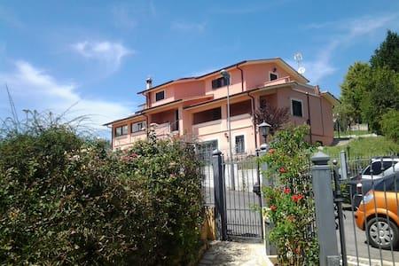 UN PICCOLO PARADISO A 45 KM DA ROMA BEN COLLEGATO - Montopoli In Sabina - บ้าน