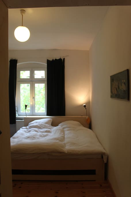 Schlafzimmer mit Doppelbett / Sleeping Room with Queensize bed