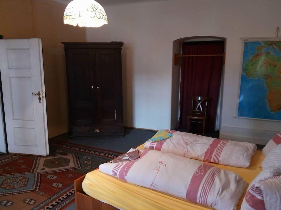 Dvojlůžkový pokoj s odděleným jedním lůžkem.
