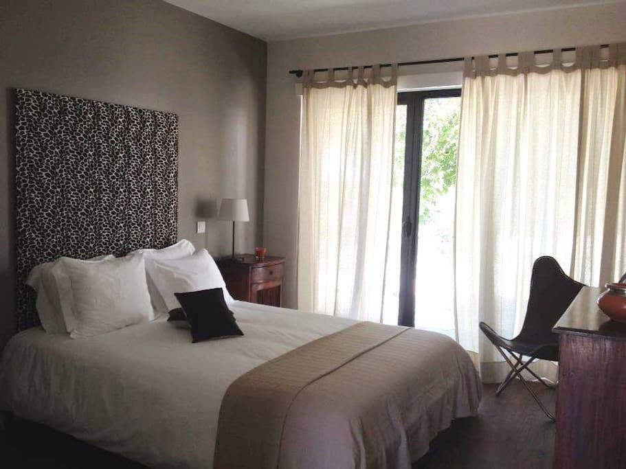 Chambre double avec salle de bain avec baignoire privative et terrasse