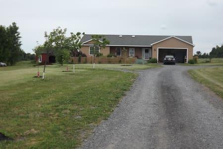 Lovely Apartment on Farm - Lansing - Huoneisto