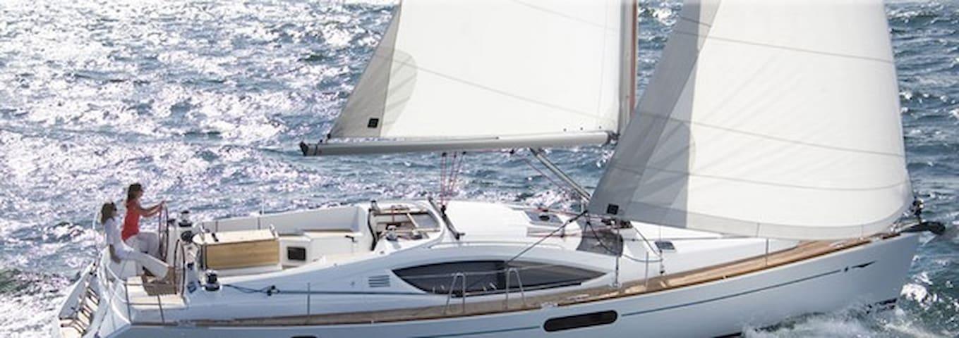 Sailing yacht and sailing catamaran