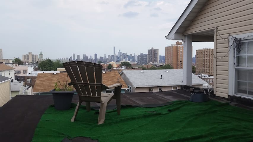 Large Private 1BR/bath w/ balcony - West New York - House