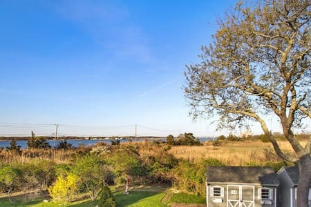 Bay front house - lots of space! - East Moriches