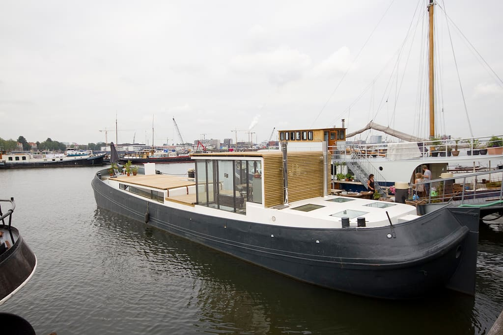 erleben sie das wohnen auf einem hausboot in amsterdam boote zur miete in amsterdam noord. Black Bedroom Furniture Sets. Home Design Ideas