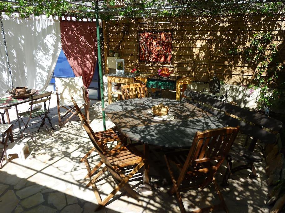 Terrasse ombragée avec son BBQ