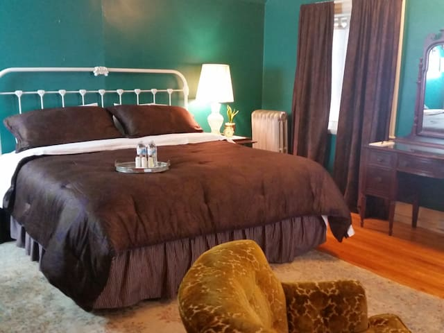 Large,  Private King Bedroom - Springfield - House