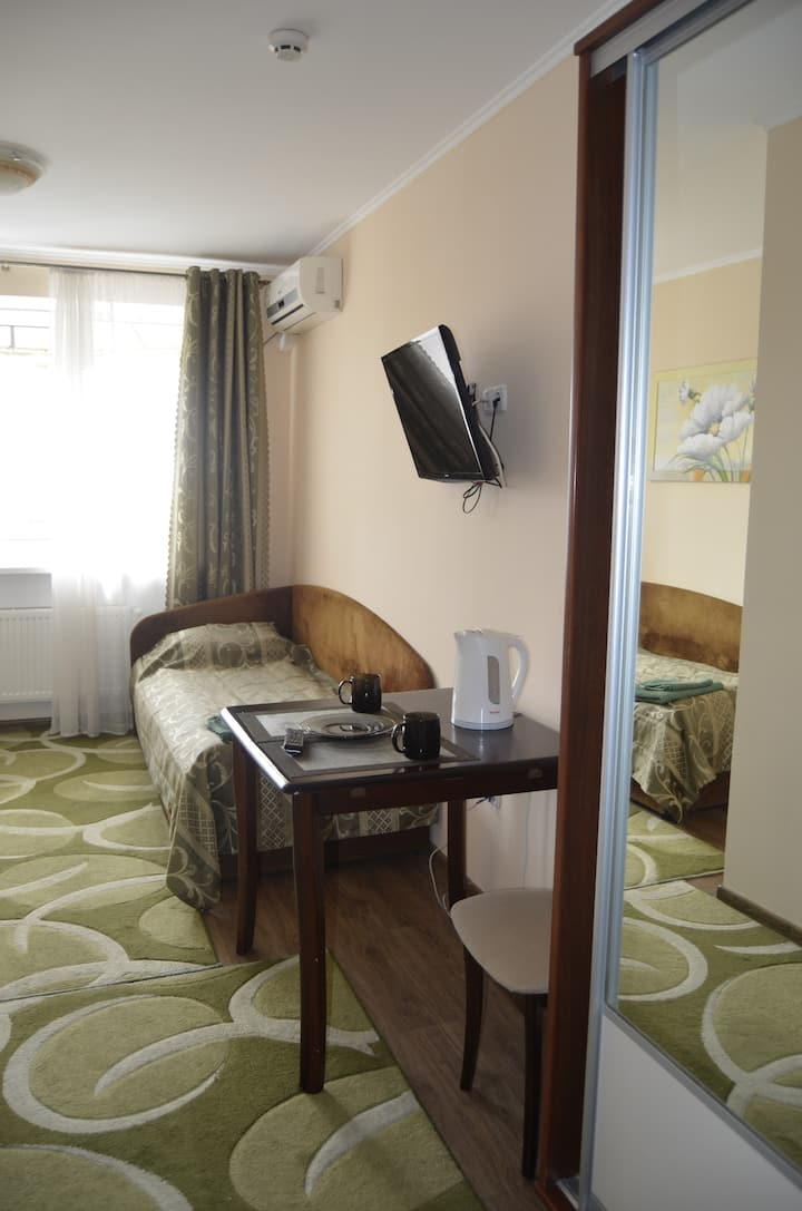 A cosy twin room in the hotel in the city centre