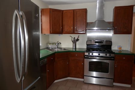 6 miles from Phila, close to train - Collingswood - House