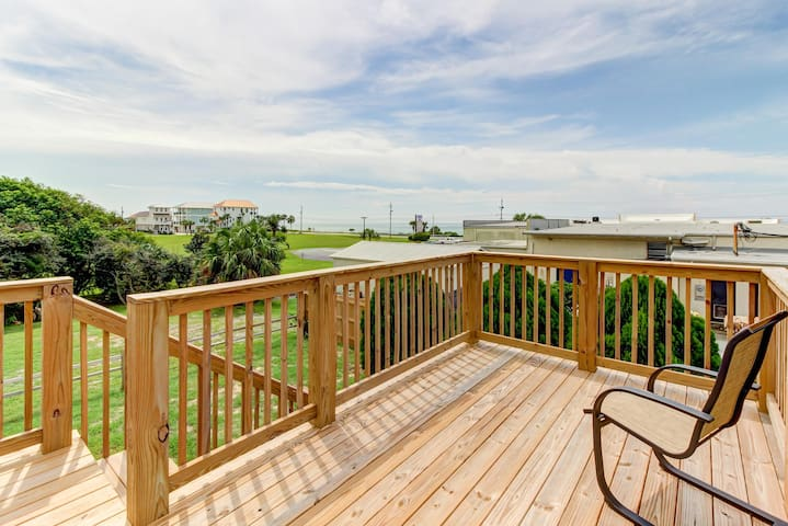 Completely remodeled cottage w/ gulf views and beach access - snowbirds welcome!