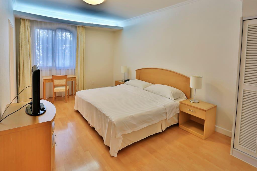 舒适的卧室,2x1.37m的中型床 2x1.37m Queen bed in zhe bedroom.