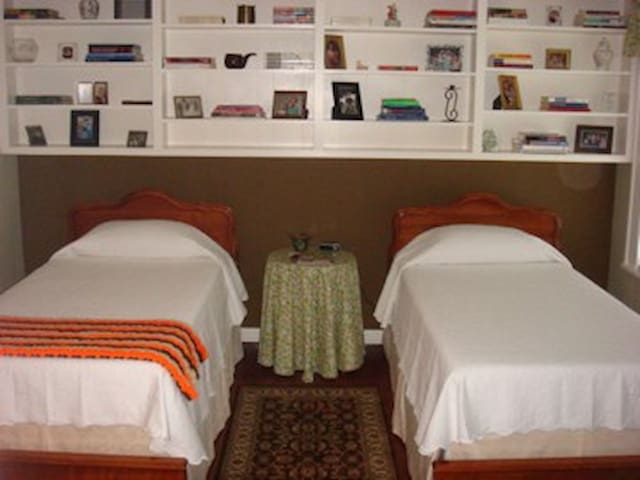 A room full of childhood memories! - Elm City - Bed & Breakfast
