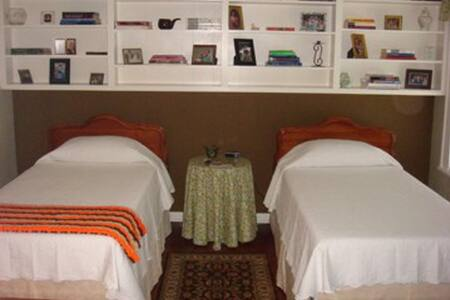 A room full of childhood memories! - Elm City - Bed & Breakfast
