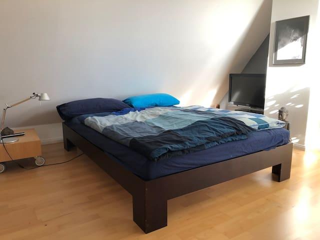 Das 140 cm breite Bett mit Komfortmatratze und hochwertigem Lattenrost. Guter Schlaf garantiert!
