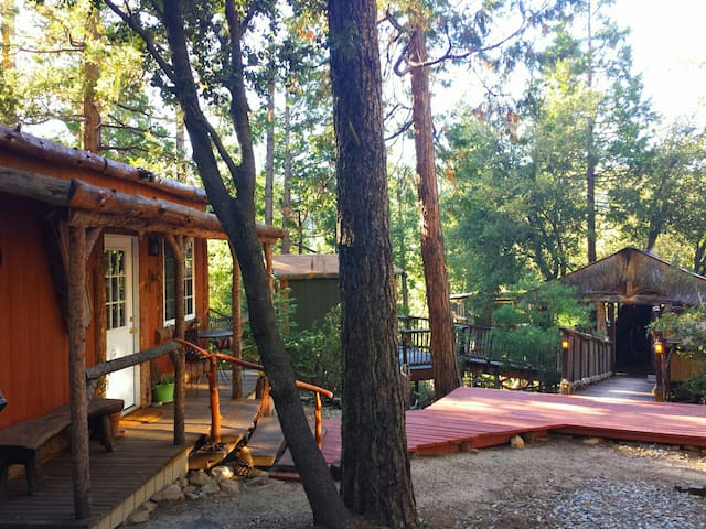 Cozy Lodge & TIKI Treehouse ! - Idyllwild-Pine Cove - กระท่อม