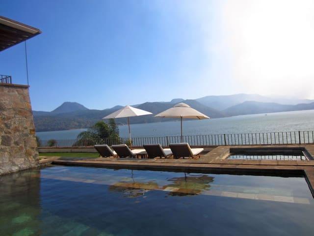 El Beneficio, esplendida villa en el lago