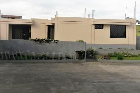 Cómoda y Amplia Casa para Estadías Temporales - Pifo - Rumah