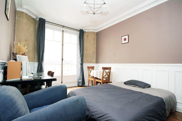 An Haussmanian room in Montmartre