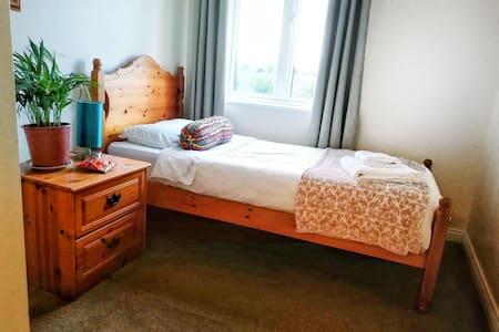 Bright Single Room (15 mins walk from city centre)