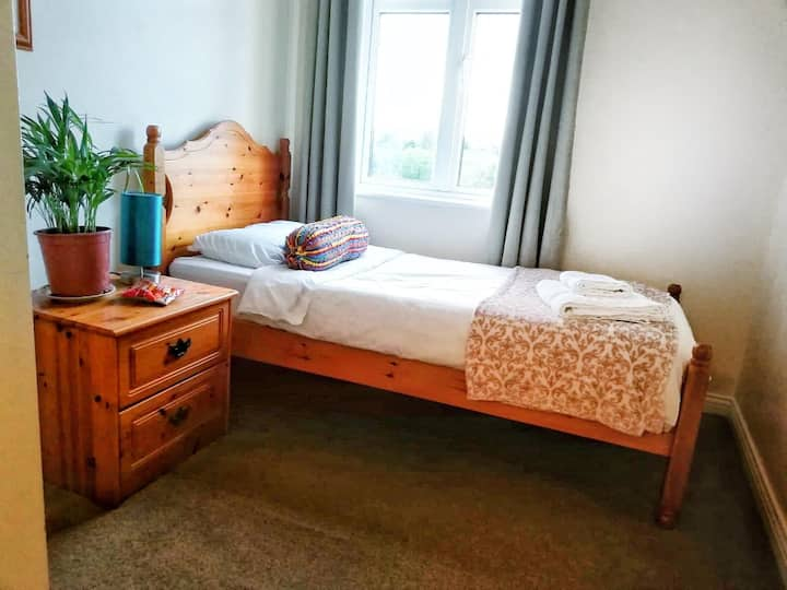 Bright Single Room (15 mins walk from city centre)