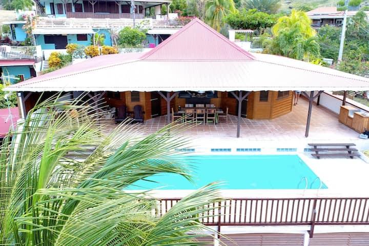 Villa refaite à neuf avec piscine et vue mer.