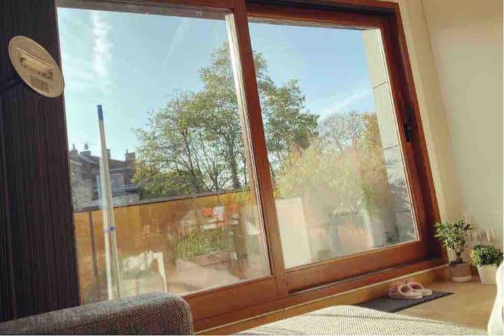 Chambre privée avec terrasse. 2 min du métro
