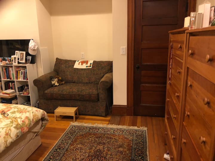 Large King sized bedroom in beautiful Harvard sq!