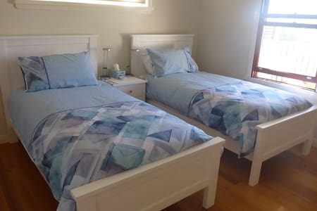 Single beds x 2, Private Room, Convenient Access - Enoggera