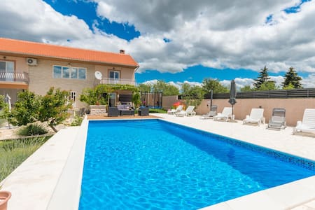 Holiday cottage with 4 bedrooms on 250m² in Lisicic