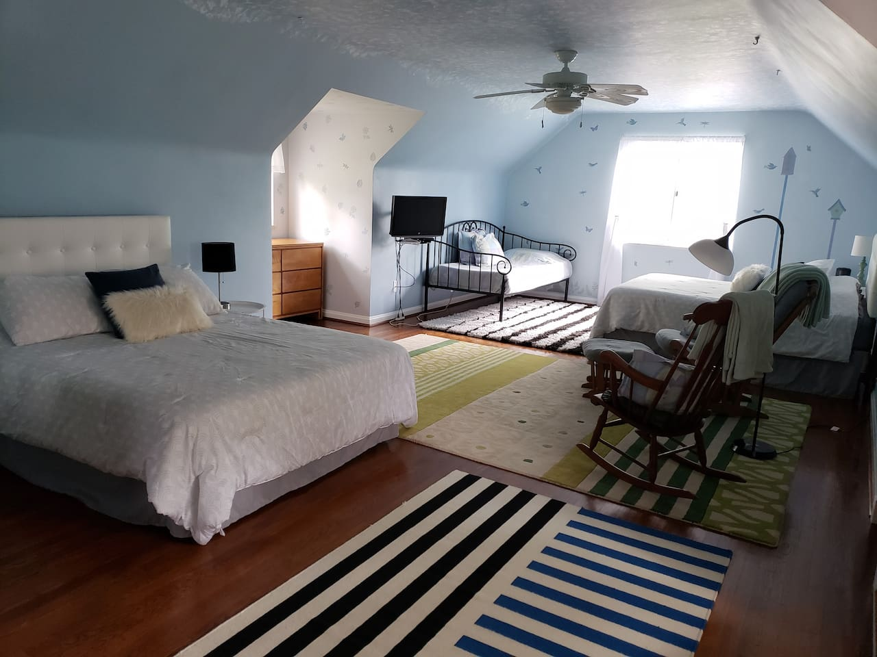 bedroom with 2 queen beds and 1 single bed