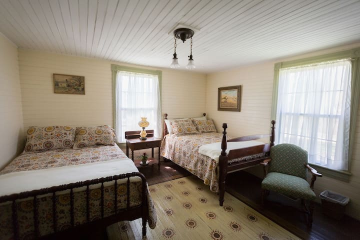 Sunflower Suite at the Pruitt House Inn