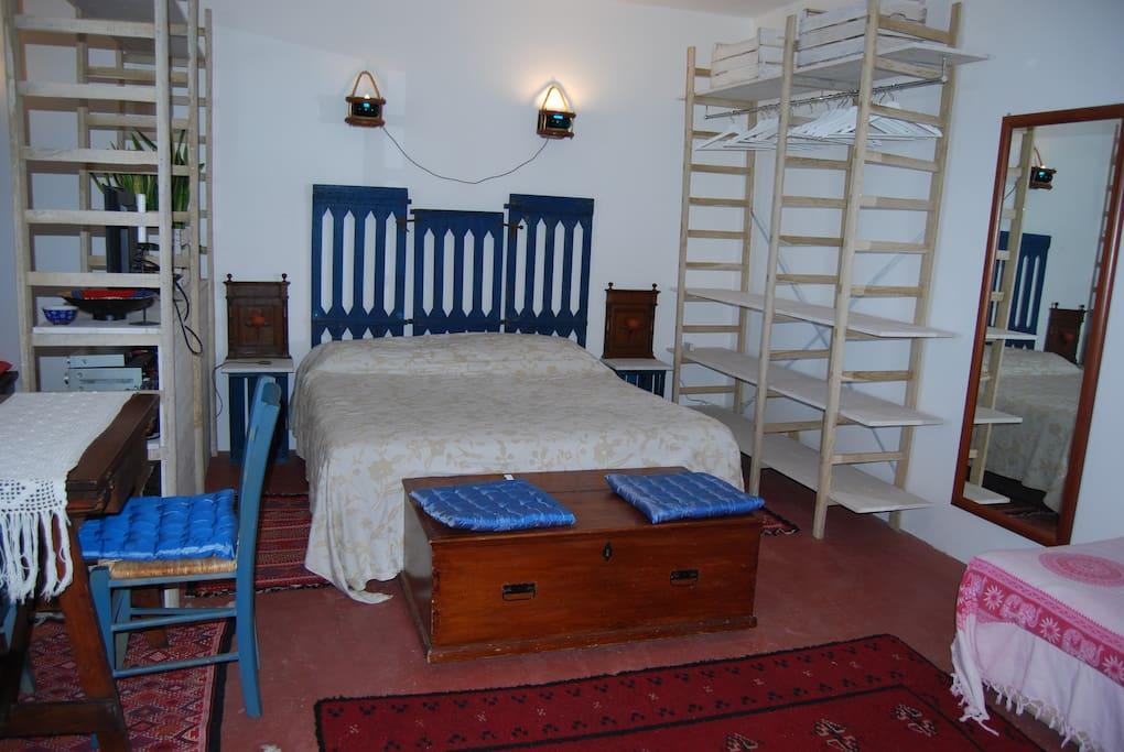 comodo e ampio letto matrimoniale, a destra della foto  comoda poltrona letto singola per bambini o ragazzini