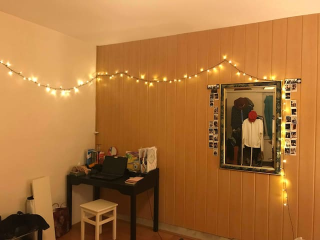 GIRLS ONLY Room for two in big apartment