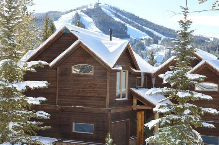 Your next mountain retreat awaits at Lakota Mountain Lodge 106