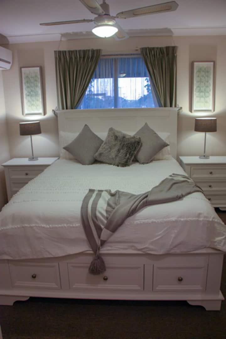 No# 11 Executive Home Merredin 4 Bed 2 Bath & WIFI