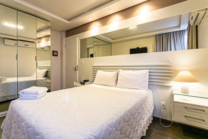 Um quarto confortável e bem iluminado, ideal para um casal