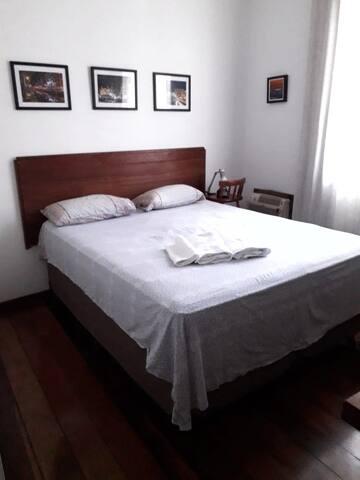 Quarto com nova cama queen com colchão de molas ensacadas . Um bom sono.