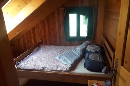 Belle chambre avec vu sur les montagnes.
