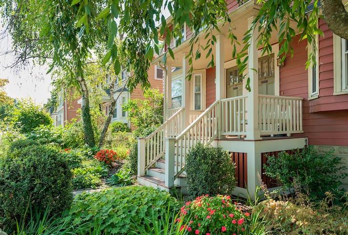Sunny Huron Village Apt. w/ Terrace - Cambridge - Apartamento