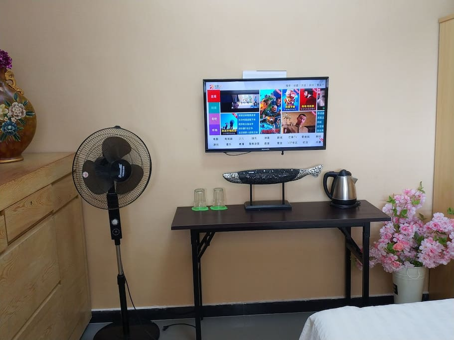 卧室配有32寸有线电视,有一百多个频道哦