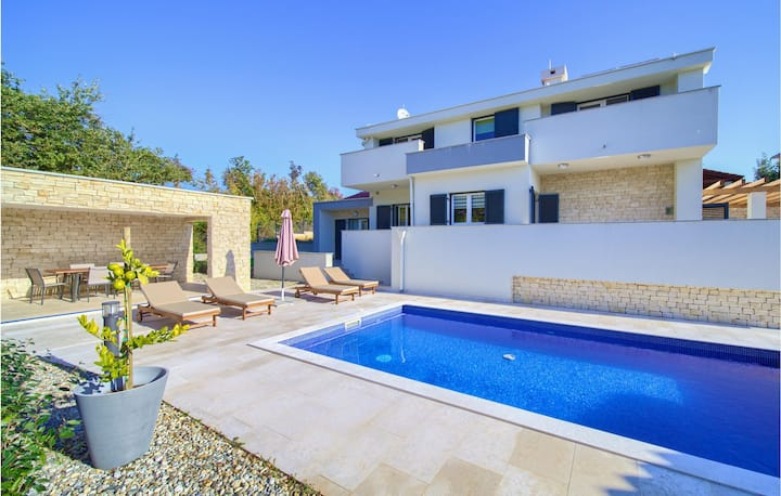 Beautiful home in Vrbnik with Outdoor swimming pool, WiFi and 3 Bedrooms