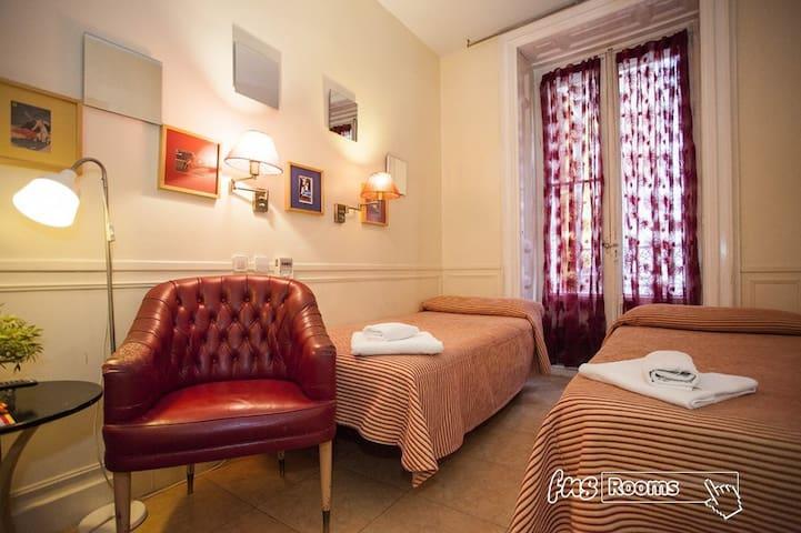Habitacion con 2 camas con baño privado y desayuno