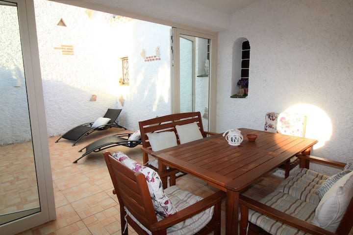 SEMI- DETACHED HOUSE, SUNNY, QUIET, LA MARINA AREA, BIG TERRACE WITH BARBECUE. PARKING. IDEAL FOR HIKING, MOUNTAIN BIKING.